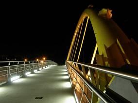 Kładka dla pieszych nocą