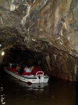 Spływ zalanym korytarzem jaskiniowym