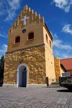 Żółta wieża kościoła w Allinge