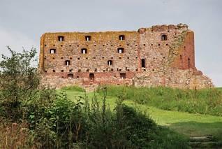 Hammershus - mury z otworami