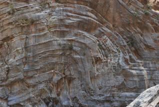 Zawinięte warstwy skalne