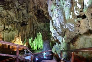 Za wejściem do jaskini Melidoni