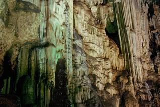 Kolumny i wodospady w jaskini Melidoni
